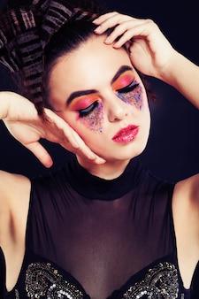 Femme avec maquillage à la mode et style de vague