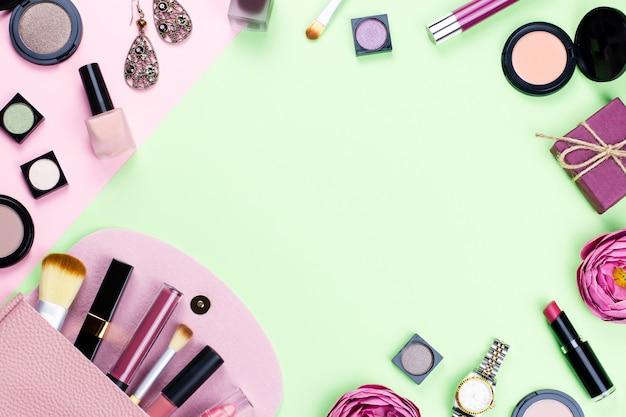 Femme maquillage produits et accessoires sur fond pastel