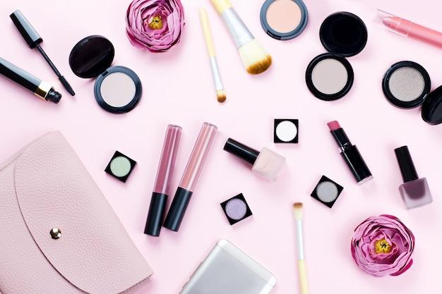 Femme maquillage produits et accessoires sur table pastel