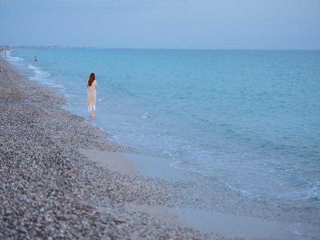 Femme marchant au bord de l'océan reste liberté romance