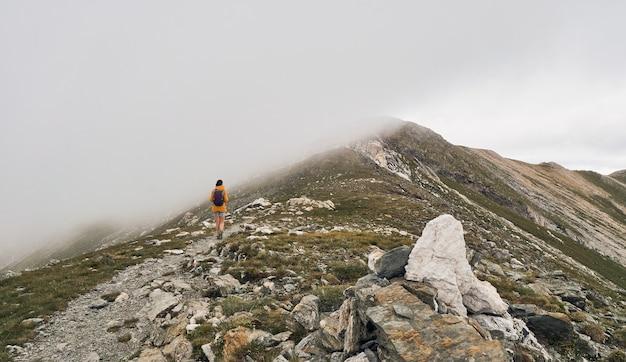 Femme marchant au sommet d'une montagne. vallée de nuria. le pic de l'enfer