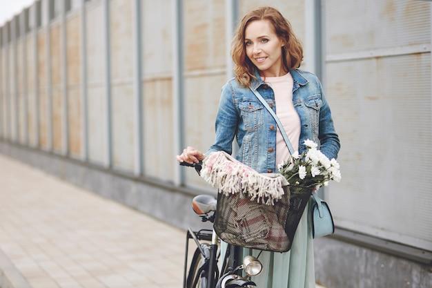 Femme marchant dans la ville