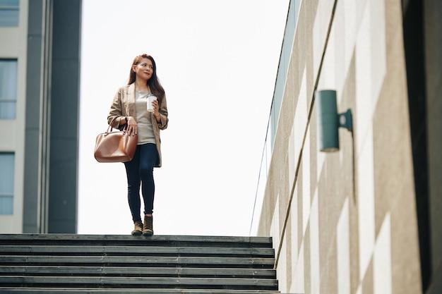 Femme marchant jusqu'à la station de métro