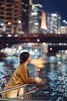 Femme marchant près de la rivière chicago