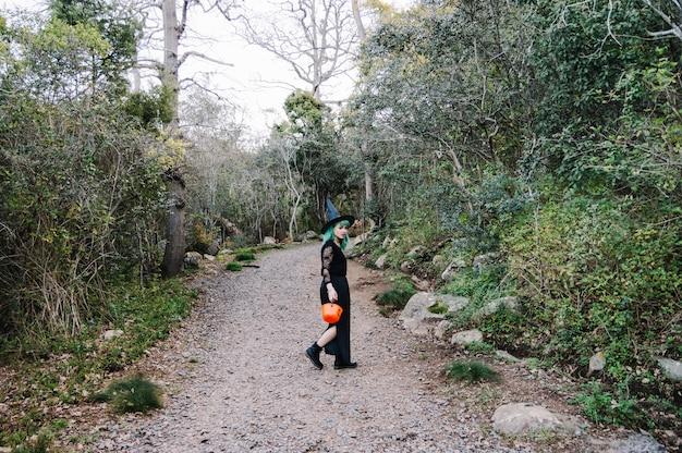 Femme marchant sur la route dans les bois