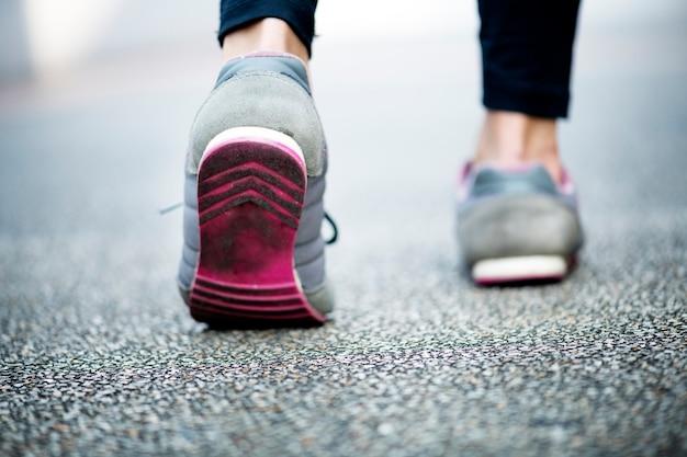 Femme marchant sur une route