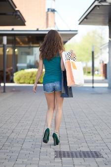 Femme marchant avec des sacs