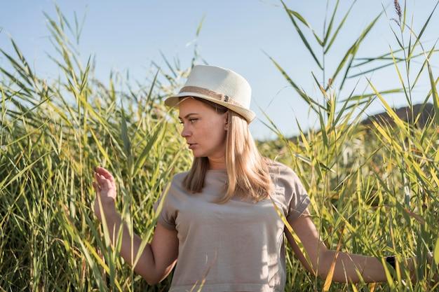 Femme marchant à travers les plantes