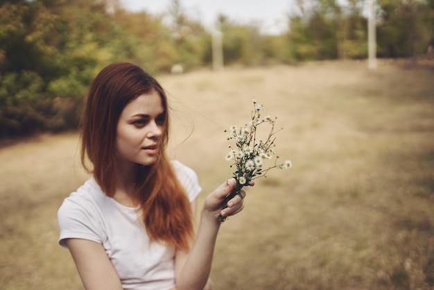 Femme marche dans le champ nature mode de vie été
