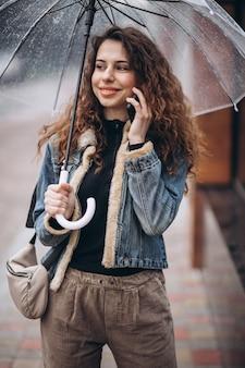 Femme, marche, parapluie, pluie, temps