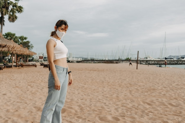 Femme marche sur la plage en été concept de vacances d'été