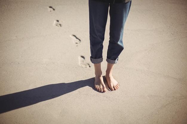 Femme marche, plage