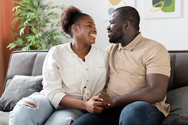 Femme et mari ayant du temps de qualité à l'intérieur