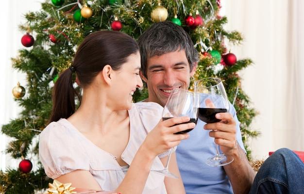 Femme et mari, boire du vin à homa à noël