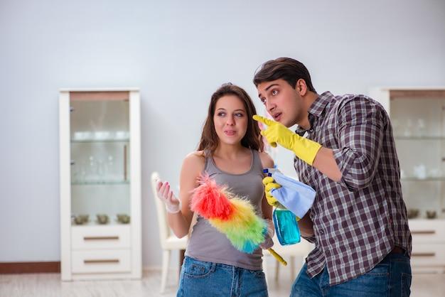 Femme et mari faisant le ménage à la maison