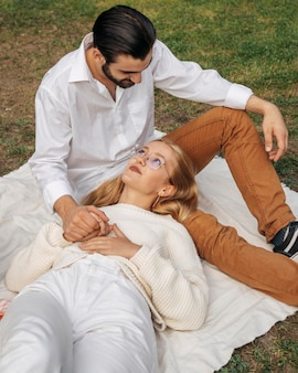 Femme et mari profitant d'un joli moment ensemble lors d'un pique-nique