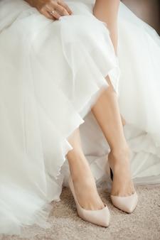 Femme mariée redresse ses chaussures en position assise