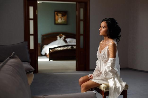 Femme mariée souriante dans la chambre
