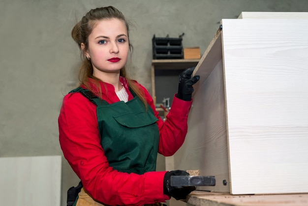 Femme, à, marteau, construction, meubles, dans, menuiserie