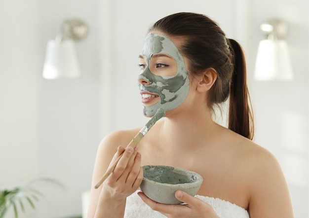 Femme avec masque facial pour les soins de la peau. concept de beauté.
