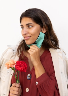 Femme avec masque et fleurs