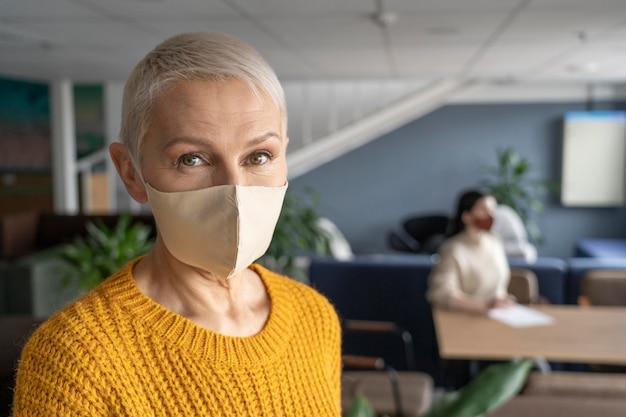Femme avec masque médical au travail