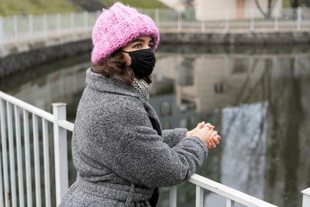Femme avec masque médical dans la ville