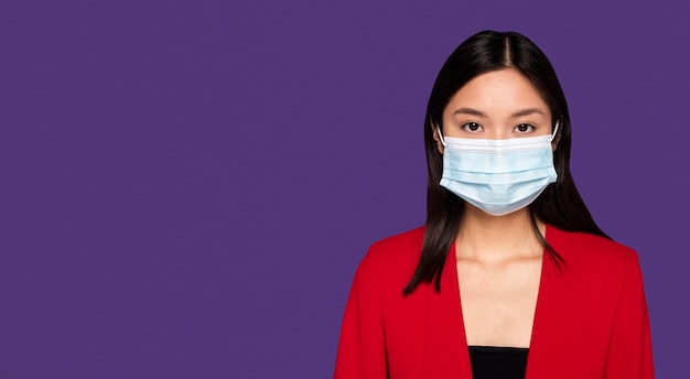Femme avec masque médical avec espace copie