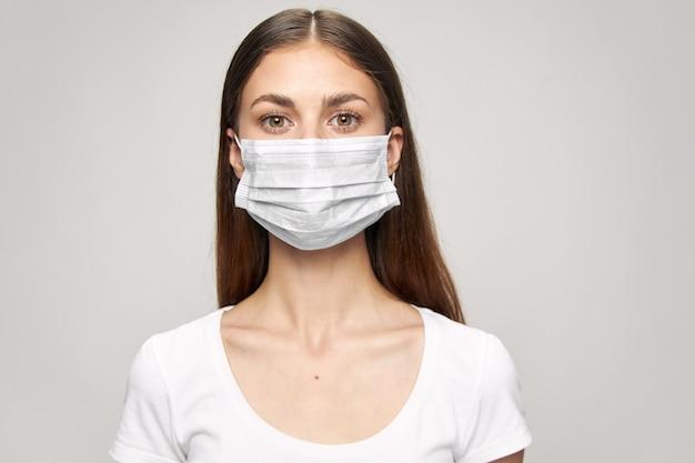 Femme avec un masque médical sur son visage. prévention covid-19