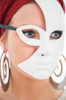Femme masquée cache son visage