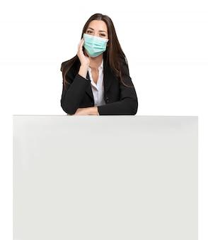 Femme masquée s'appuyant sur un signe, publicité pendant la pandémie de coronavirus, isolé sur blanc