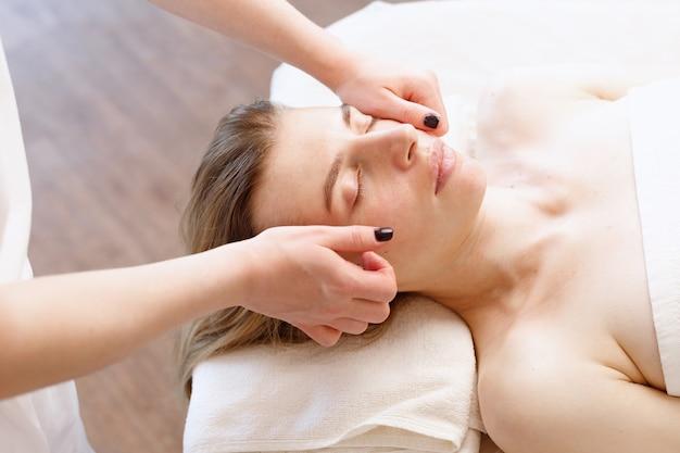 Femme sur le massage du visage dans un salon spa