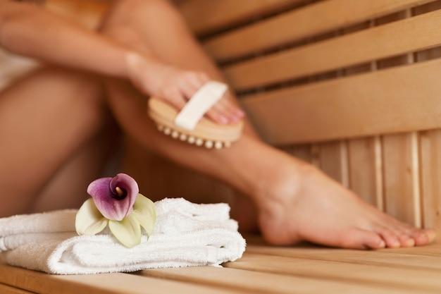 Femme, massage, jambe, dans, sauna