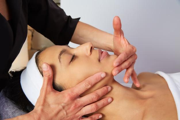 Femme, massage, physiothérapeute