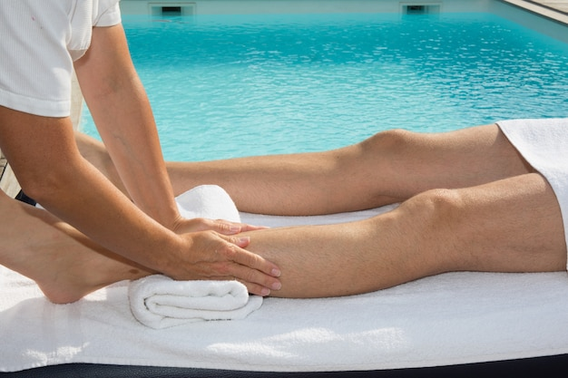 Femme, masser, jambes, homme, spa, centre