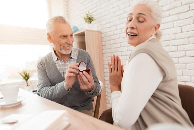 Femme mature admire l'acte d'un homme plus âgé.