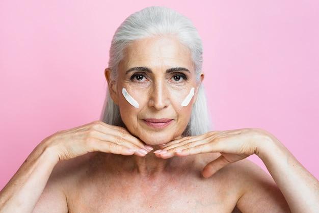 Femme mature confiante aux cheveux gris