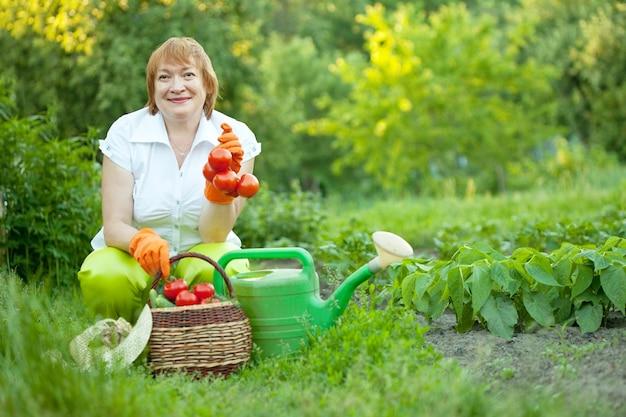 Femme mature dans le jardin