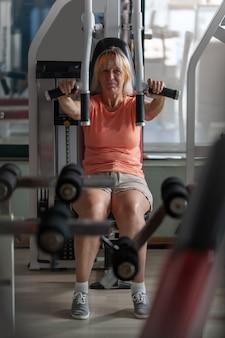 Femme mature dans la salle de gym