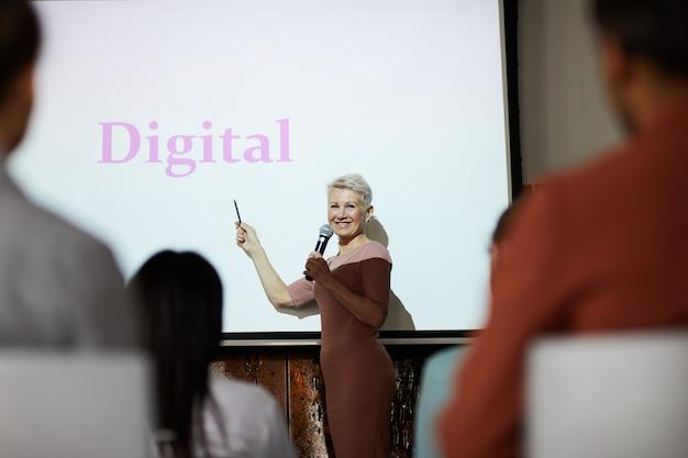 Femme mature s'exprimant lors d'une conférence d'affaires