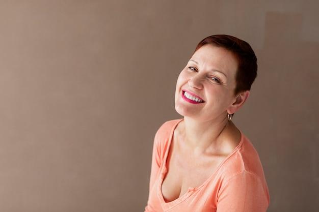 Femme mature souriante à la caméra