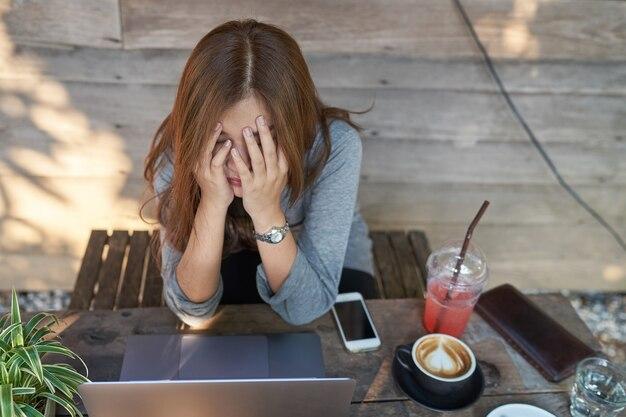 Femme de mauvaise humeur a échoué et a un problème en travaillant.