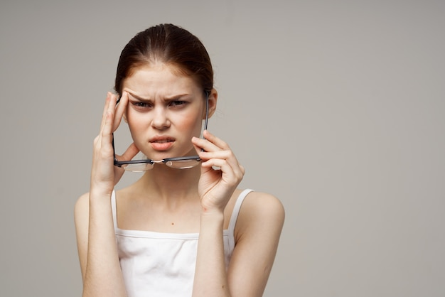 Femme avec une mauvaise vue lunettes problèmes de santé myopie astigmatisme
