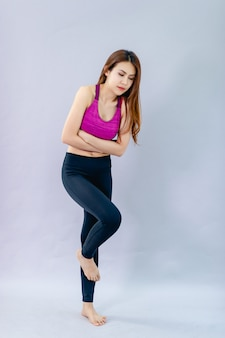 Une femme avec des maux d'estomac montrant des maux d'estomac par des expressions faciales