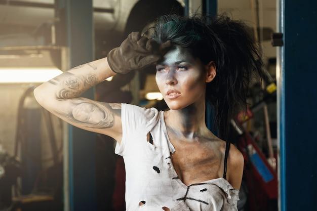 Femme mécanicien dans le garage