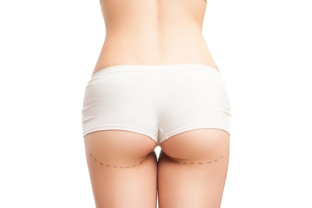Femme méconnaissable en culotte blanche avec des contours de liposuccion. isolé