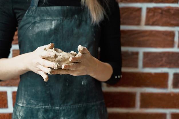 Femme méconnaissable faisant un bol en céramique à la main. concept de passe-temps créatif.