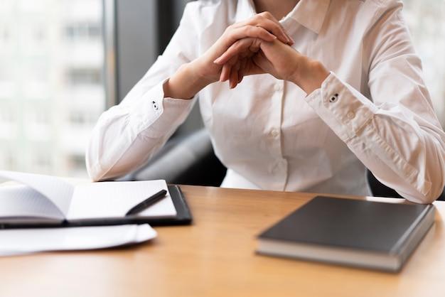Femme méconnaissable pensant au bureau