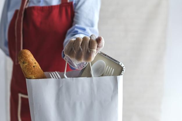 Femme méconnaissable avec des sacs de nourriture à emporter. nourriture prête à manger. livraison