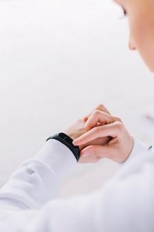 Femme méconnaissable vérifiant smartwatch